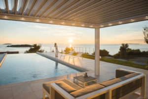 Pergola bioclimatique piscine éclairée